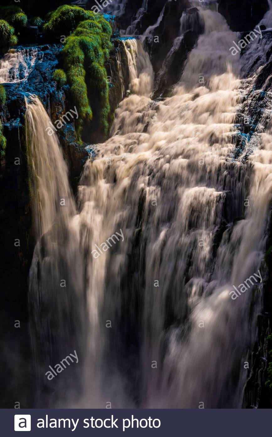 Cataratas del Iguazú (Iguazú en portugués), en la frontera de Brasil y Argentina. Es una de las nuevas 7 Maravillas de la naturaleza y es un lugar declarado Patrimonio de la Humanidad por la UNESCO Foto de stock