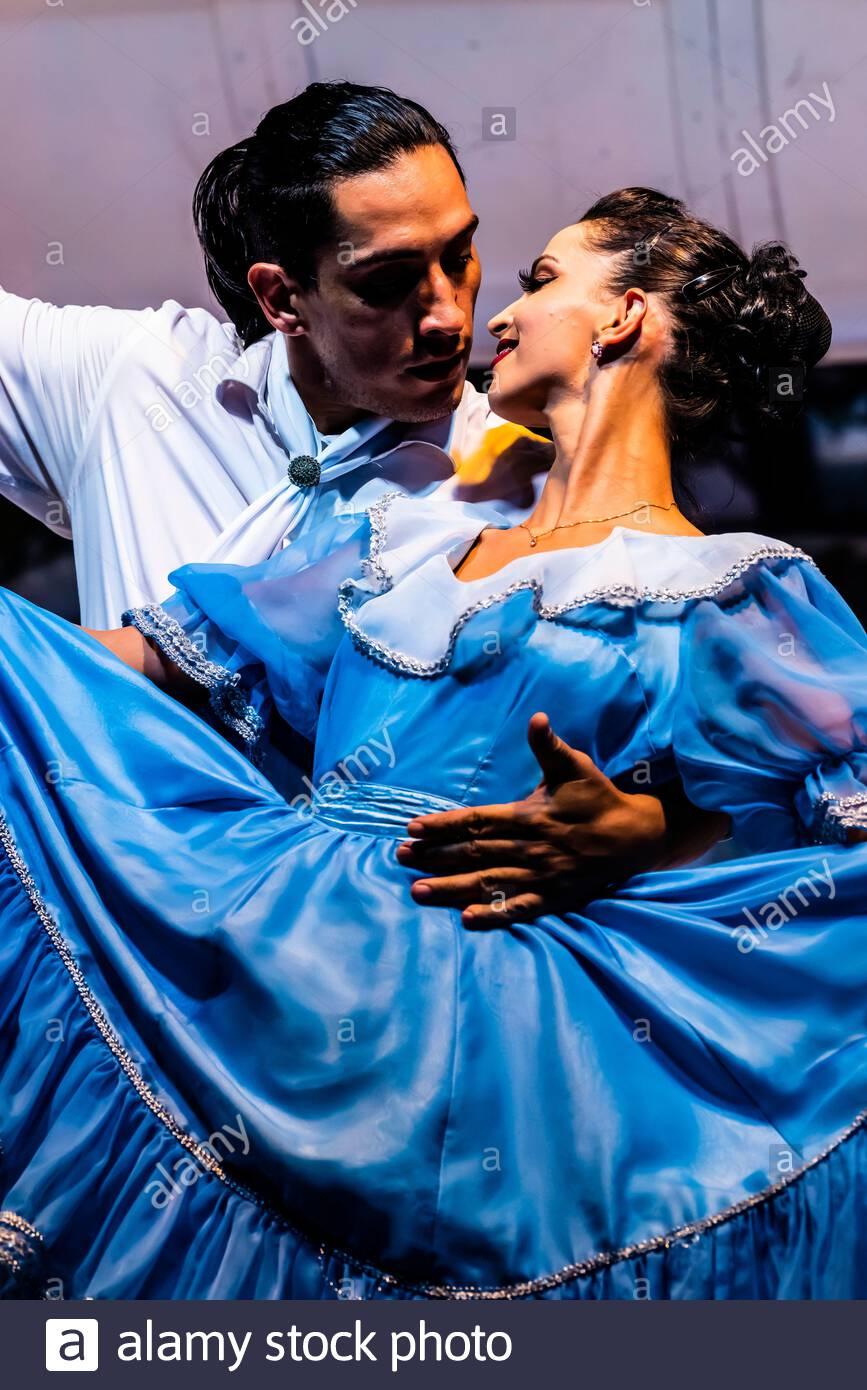 Espectáculo cultural latinoamericano en el restaurante Rafain Churrascaria en Foz do Iguacu, Brasil. El espectáculo cuenta con baile y música Foto de stock