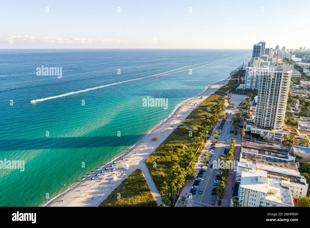 Florida Miami Beach Océano Atlántico público aérea vista aérea Vista sobre North Beach arena agua surf residencial de gran altura edificio de condominios Foto de stock