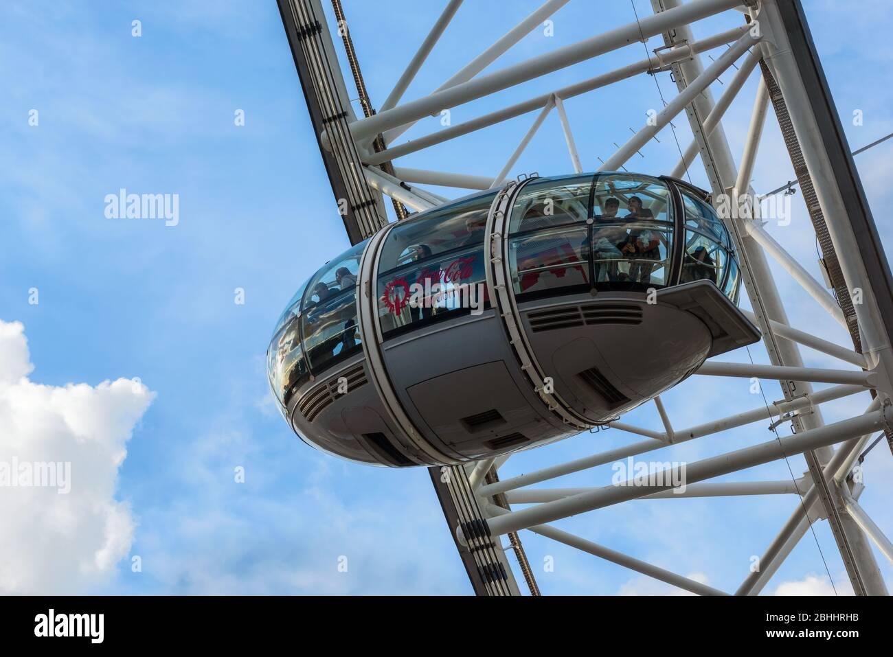 El Shell Centro, el London Eye y el río Támesis con cielo azul en el Reino Unido Foto de stock