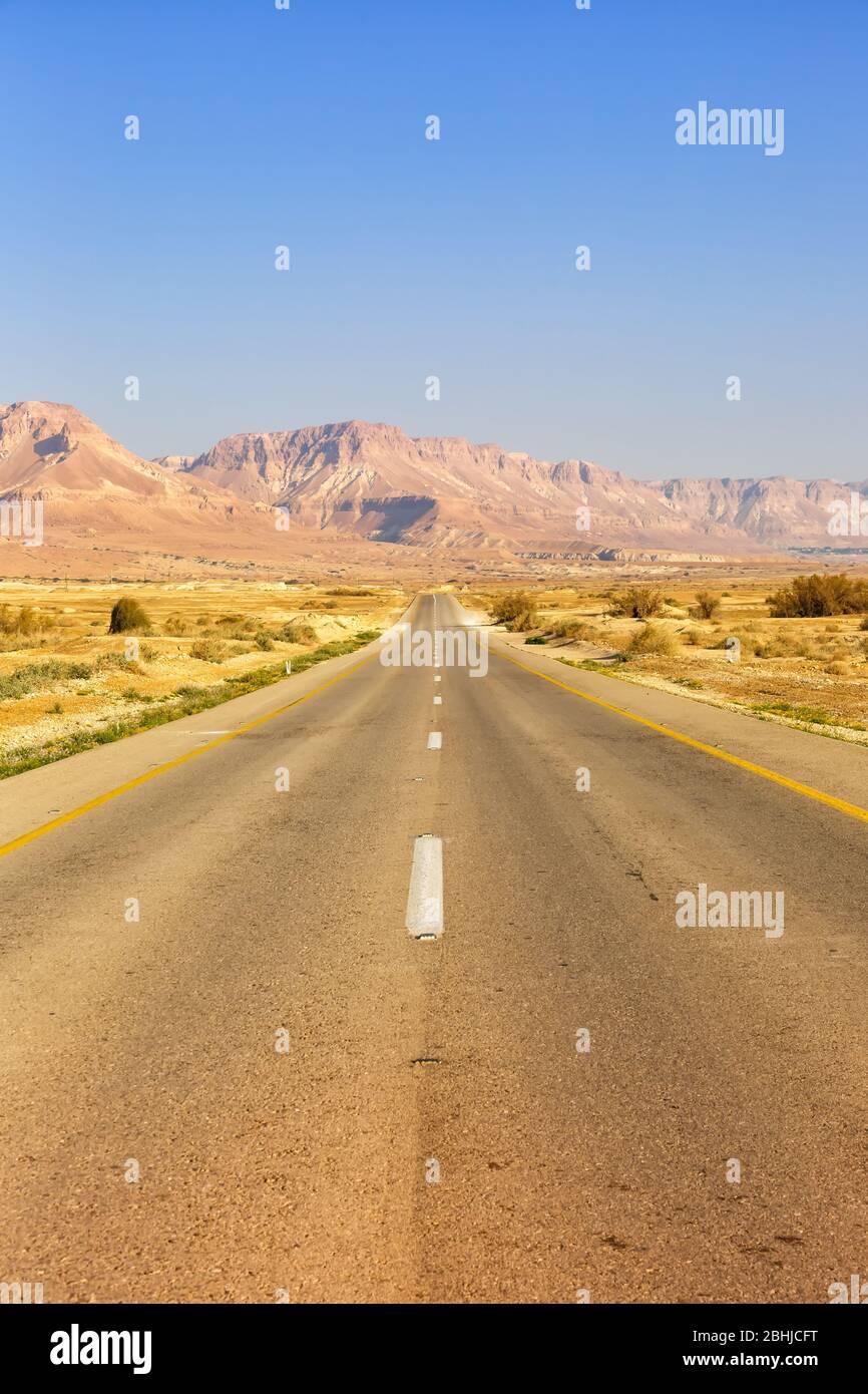 Conducción por carretera sin fin conducción desierto vacío paisaje retrato formato soledad viajes sin fin Foto de stock