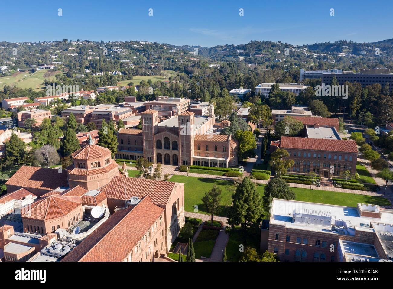 Vistas aéreas sobre UCLA, Royce Hall y Powell Library, Westwood, los Angeles, California Foto de stock