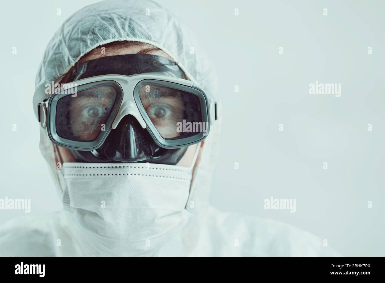 Doctor mirada asustada. El hombre está siendo protegido de una pandemia global. Foto de stock
