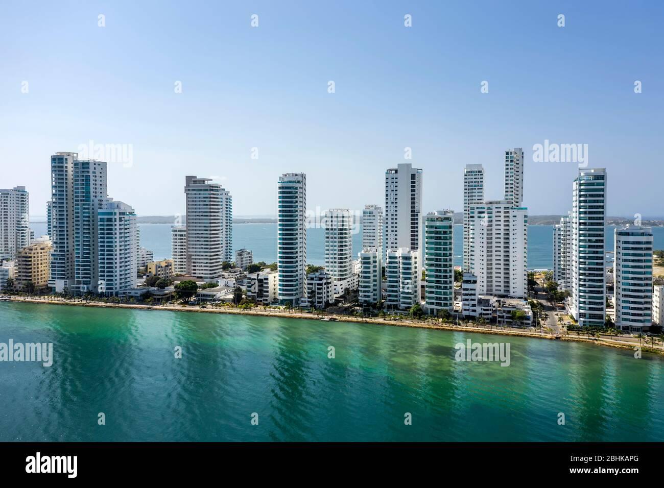 Vista aérea de los hoteles y altos edificios de apartamentos cerca de la costa caribeña. Horizonte moderno de la ciudad. Foto de stock