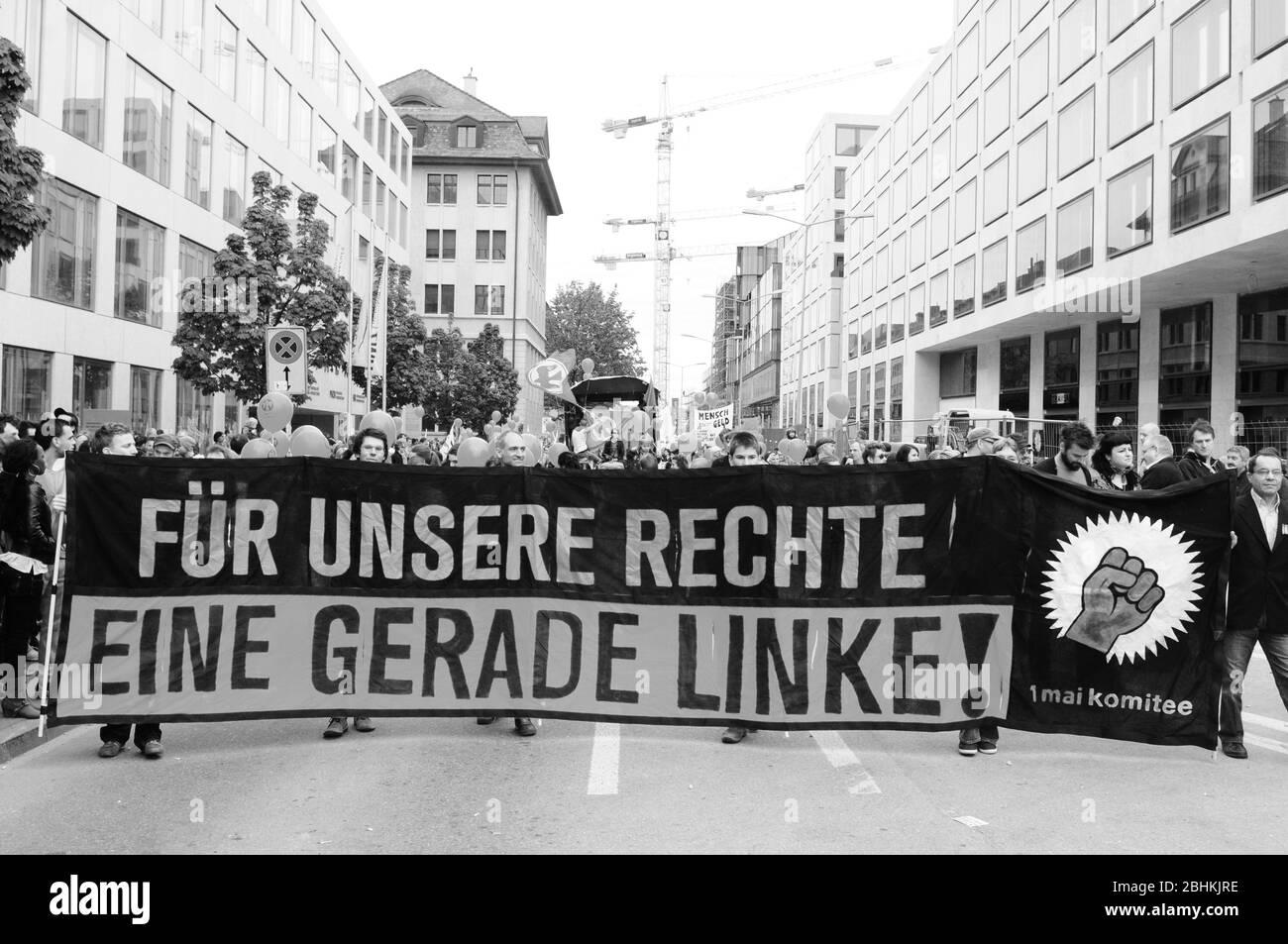 """""""Nuestros derechos un punzón ala leeft' está escrito en los carteles de los manifestantes en el día nacional del trabajo Foto de stock"""