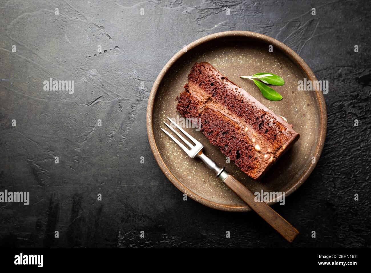 Pastel de trufa con salsa de chocolate negro en un plato, vista superior Foto de stock