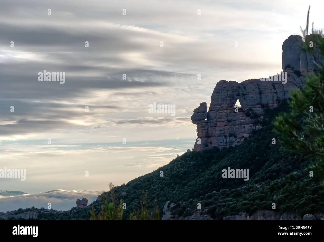 Spanische Berge en den Wolken Foto de stock