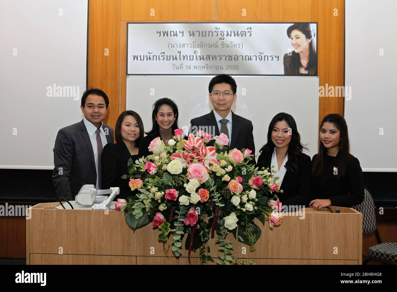 Durante noviembre de 2012 . Su Excelencia la Sra. Yingluck Shinawatra , primera Ministra del Reino de Tailandia , visitó oficialmente la United Kigdom . invitada por el primer Ministro David Cameron . la Asamblea de Tailandia estuvo acompañada por miembros clave del Gabinete de Tailandia . El 13 de noviembre, el PM tailandés tuvo una audiencia con la Reina . El 14 de noviembre, las dos PM intercambiaron puntos de vista sobre diversos asuntos de interés mutuo, bilateralmente, regionalmente y globalmente. Al final de esta reunión , ambos dirigentes han acordado el establecimiento de un diálogo estratégico y un nuevo mecanismo beneficioso para ambos países .. Foto de stock