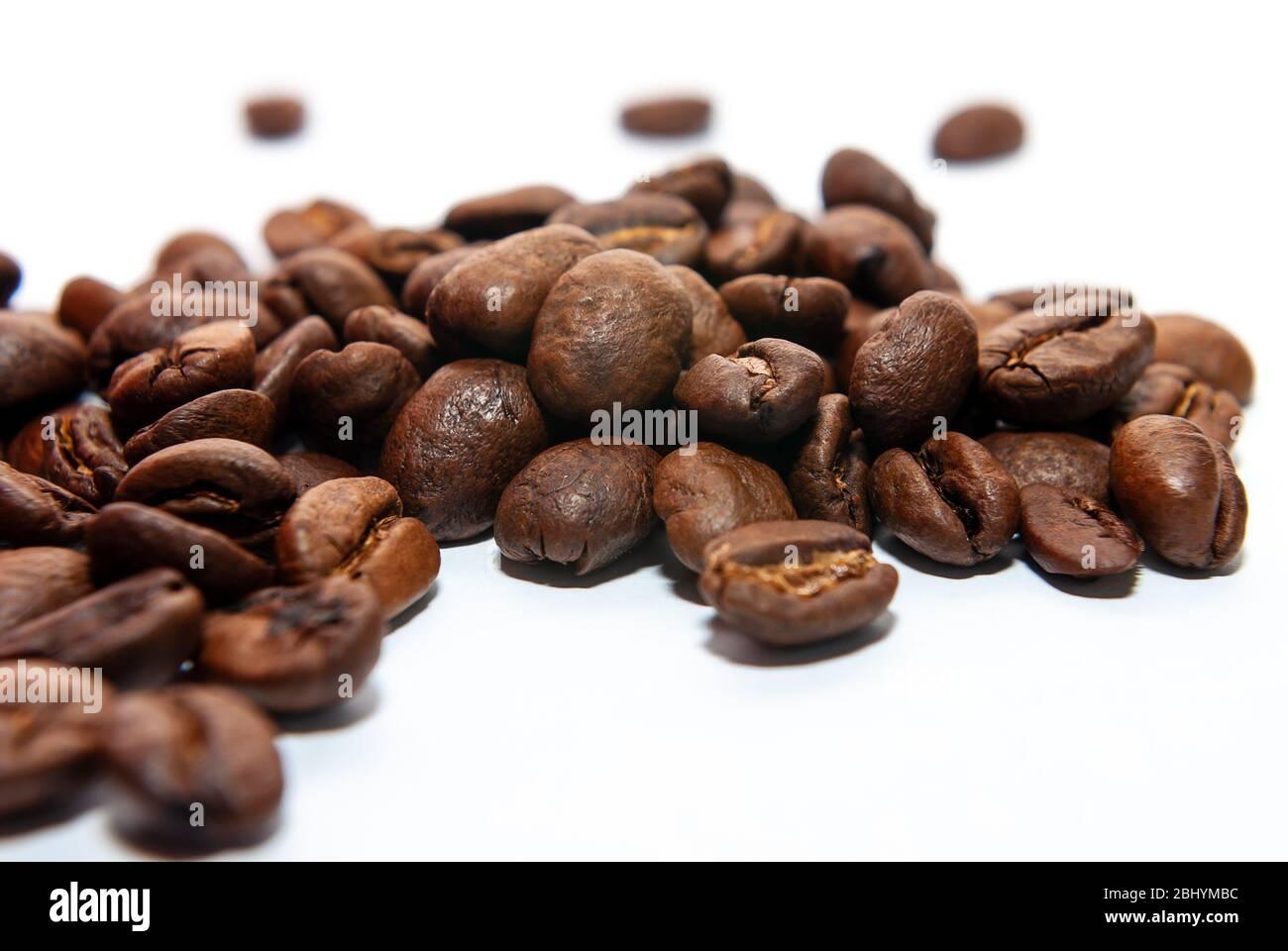 Los granos de café sobre un fondo blanco. Foto de stock