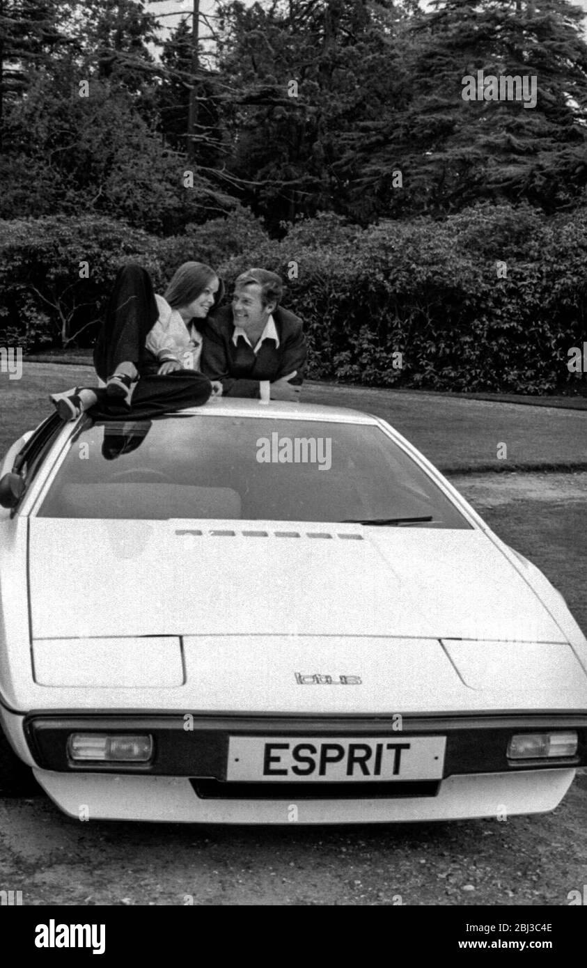 Roger Moore y Barbara Bach posan con el Loto Esprit submarino, Wet Nellie, en un rodaje publicitario para la película de James Bond de 1977 The Spy Who amed Me Foto de stock
