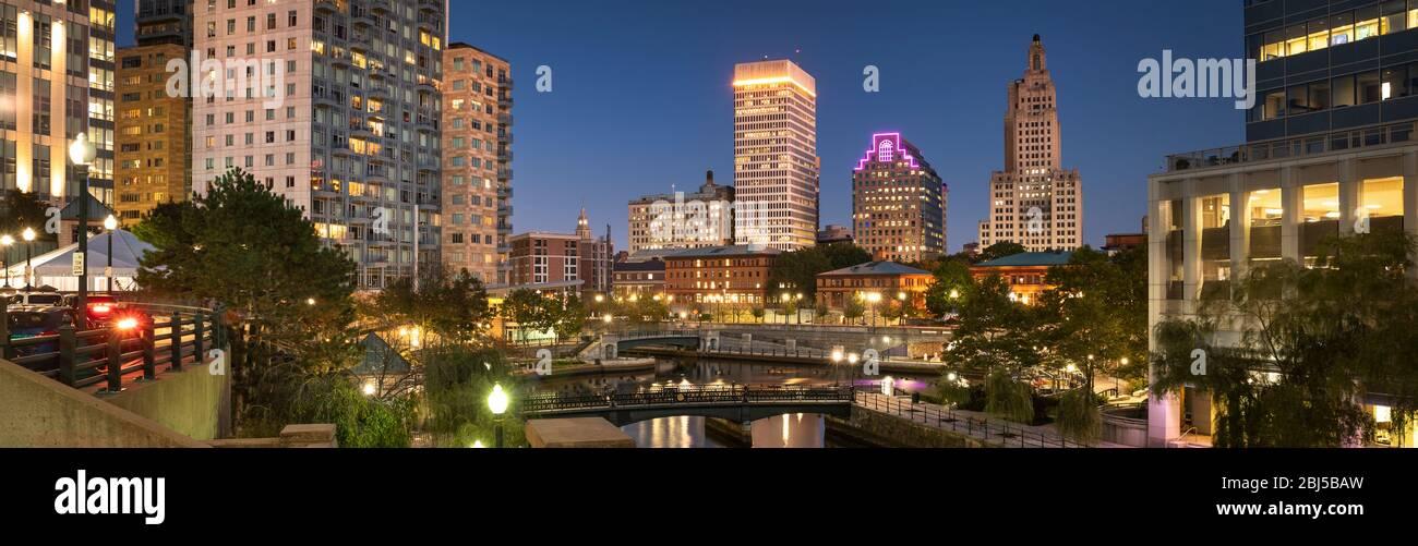 Vista panorámica del centro de la ciudad sobre el canal del río Woonasquatucket en Providence Rhode Island, EE.UU Foto de stock