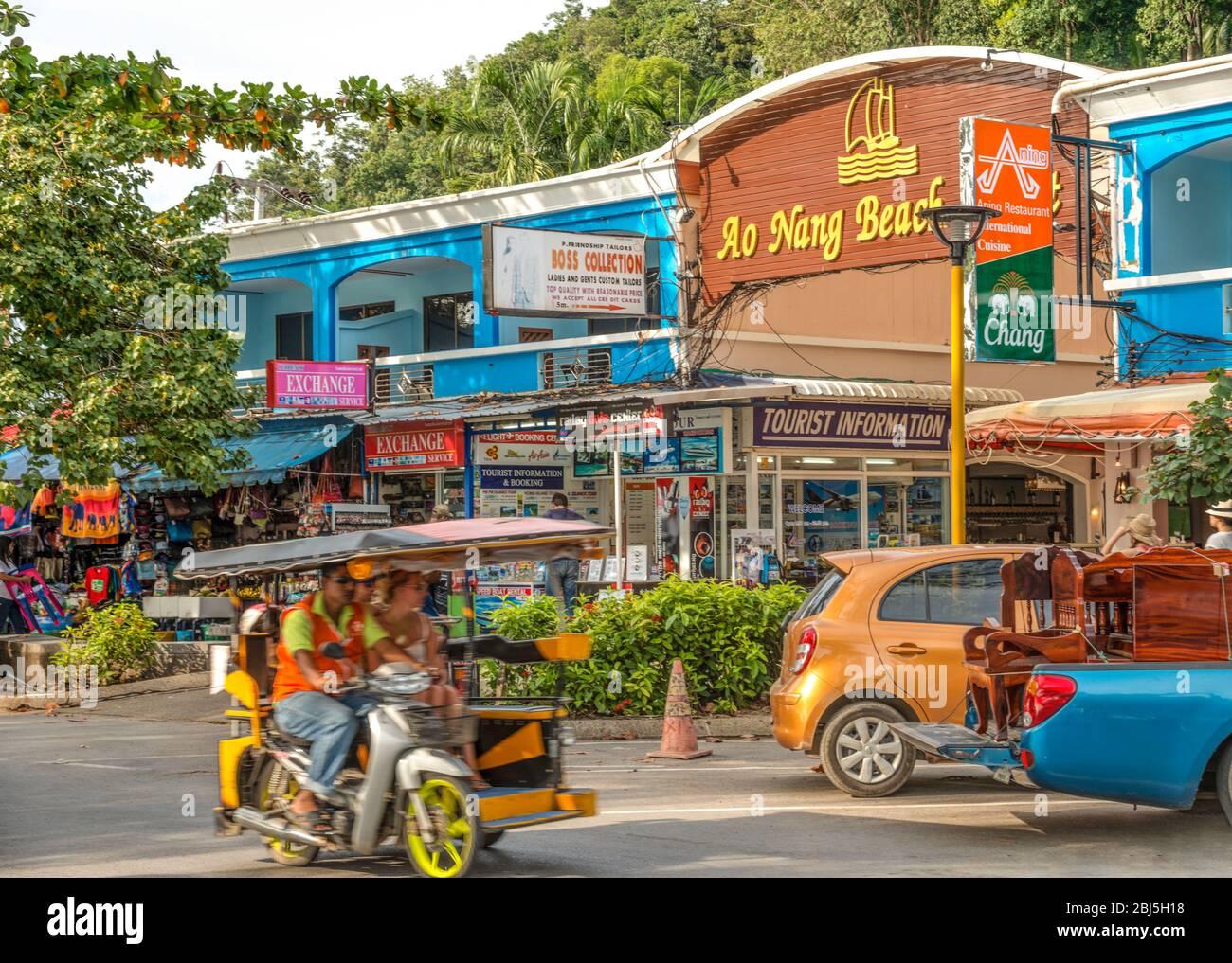 Calle comercial en el desfile de playa de Ao Nang Beach, Krabi, Tailandia Foto de stock