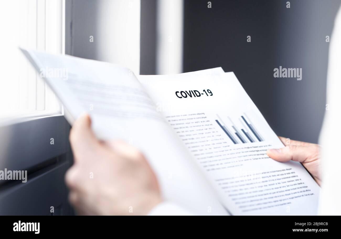 Informe de coronavirus sobre la información de los pacientes o impacto de covid 19 en el mercado financiero empresarial. Investigación de laboratorio de virología con lectura médica. Foto de stock