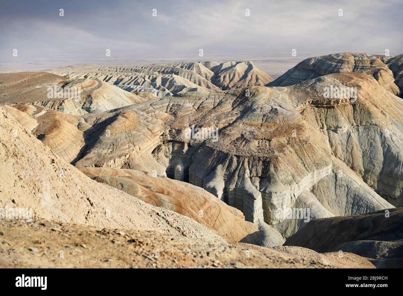 Capas extrañas montañas en el parque desierto Emel Altyn en Kazajstán Foto de stock
