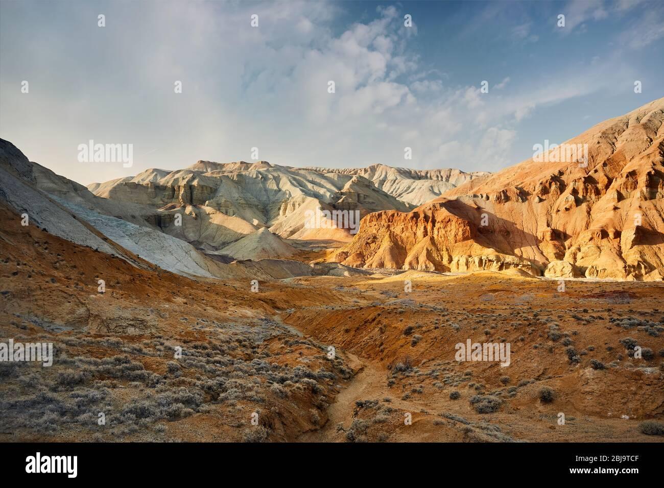 Cañón con capas de montañas en el parque desierto Emel Altyn en Kazajstán Foto de stock