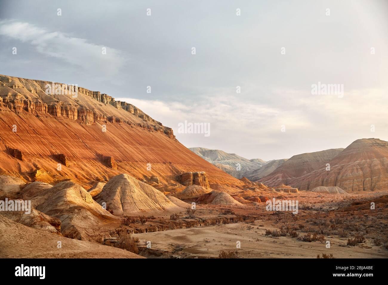 Paisaje épico del Cañón y las montañas con capas en el hermoso parque del desierto Foto de stock