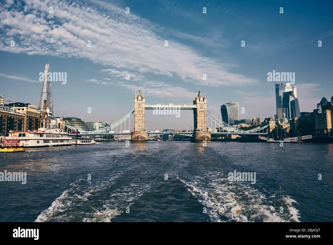 Tower Bridge en el centro de la ciudad. Vista desde lancha rápida sobre el río Támesis. Londres, Reino Unido. Foto de stock