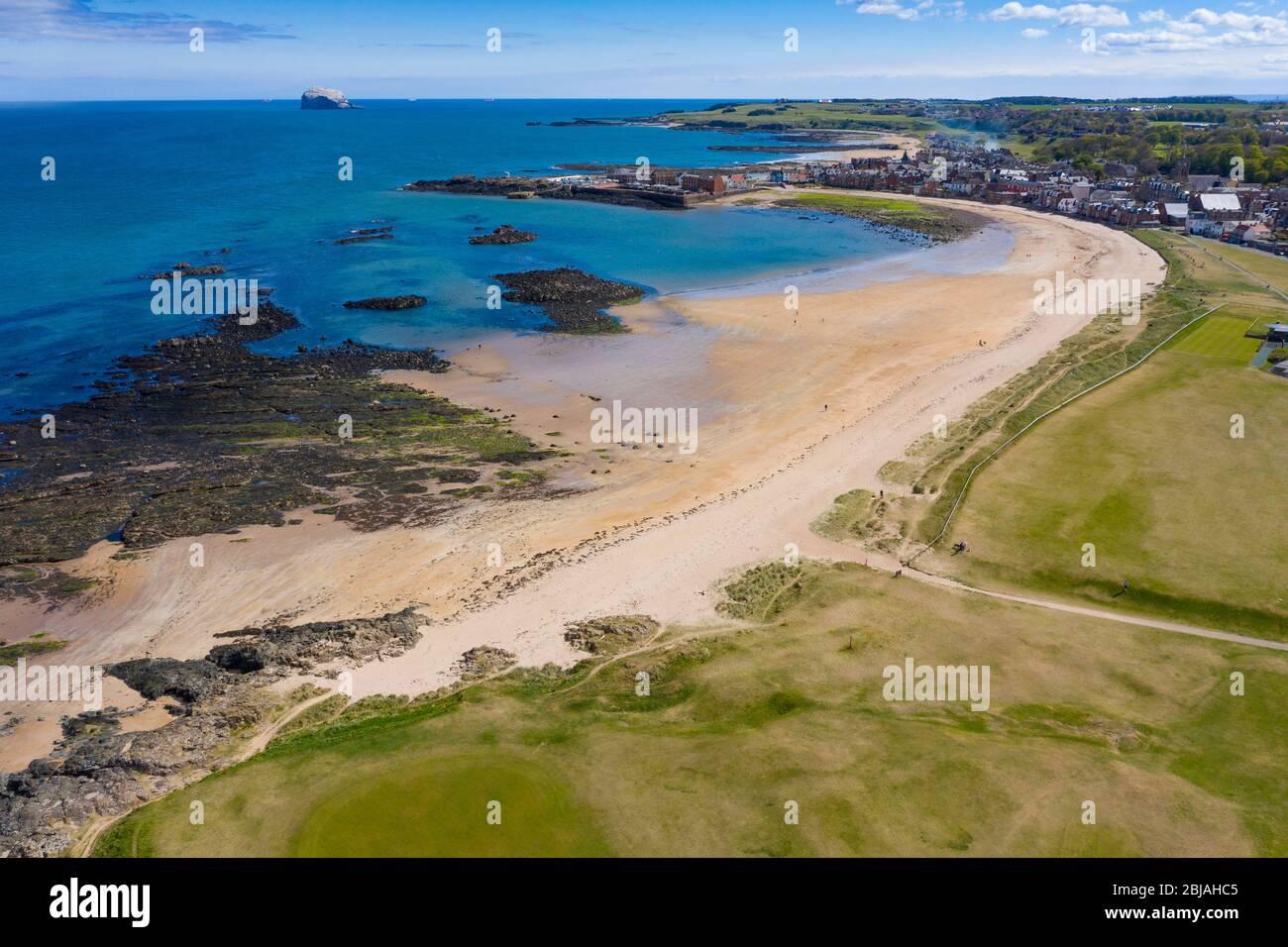 Vista aérea de la playa de North Berwick y del club de golf North Berwick, East Lothian, Escocia, Reino Unido Foto de stock