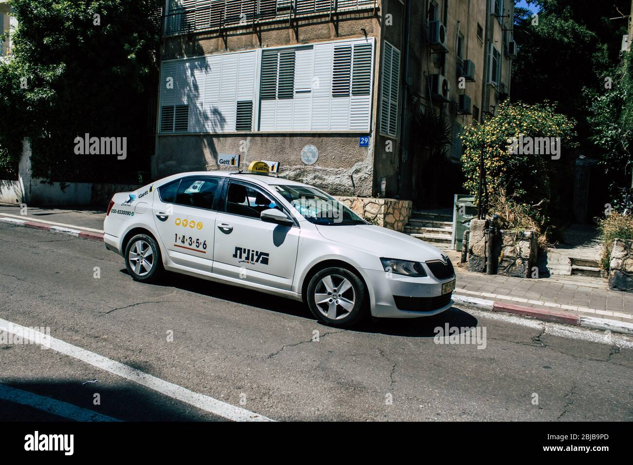 Tel Aviv Israel 28 de abril de 2020 Vista de un taxi israelí que rodaba en la calle Dizengoff en Tel Aviv por la tarde durante el brote de coronavirus Foto de stock