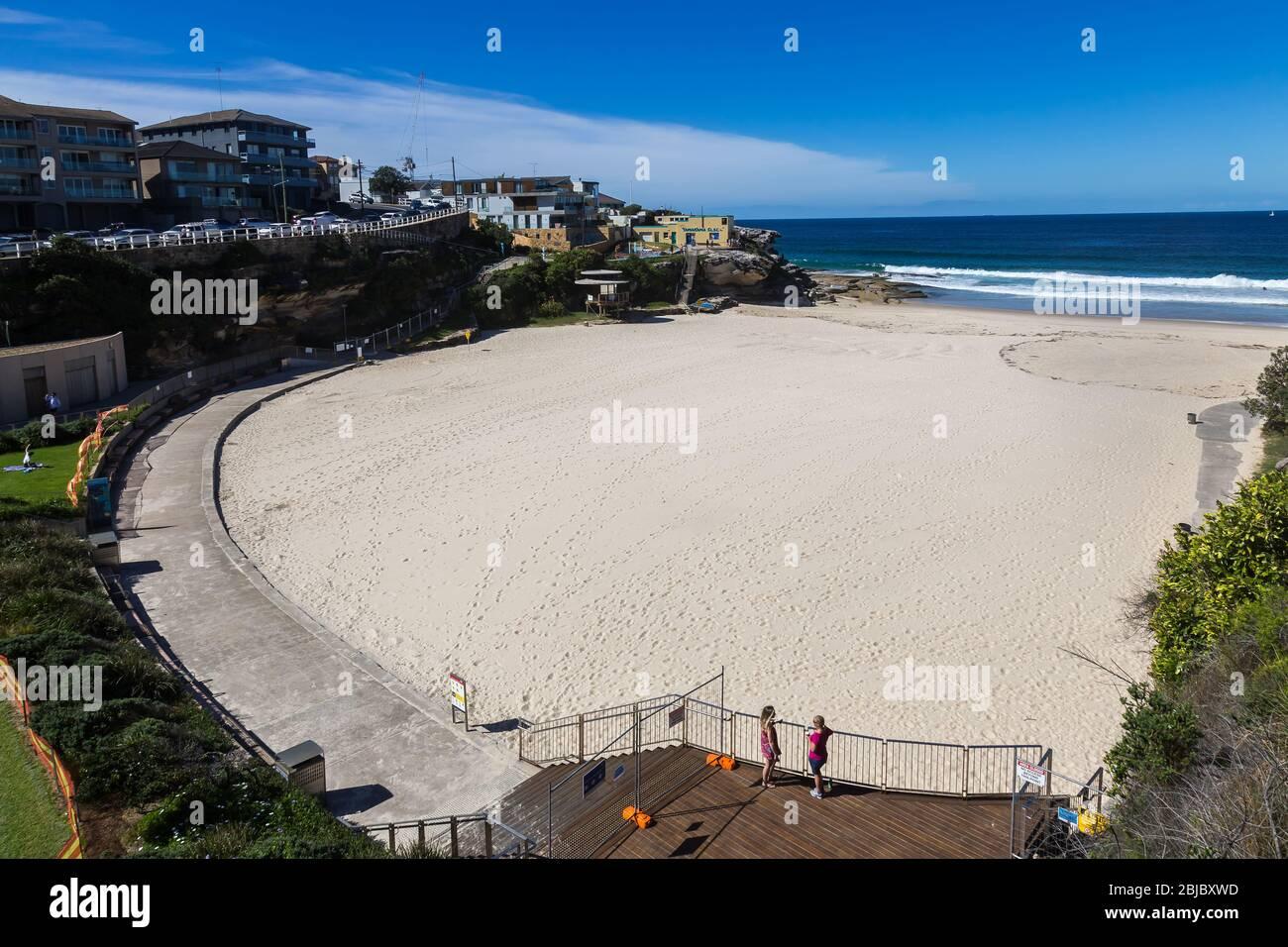 Sídney, Australia. Sábado 18 de abril de 2020.la playa de Tamarama en los suburbios del este de Sydney cerró debido a la pandemia del Coronavirus. Desde ayer Tamarama Foto de stock