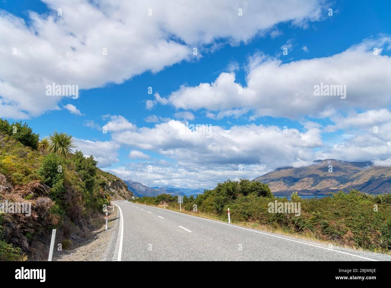 Makarora-Lago Hawea carretera junto al Lago Wanaka, Lagos del Sur, Otago, Nueva Zelanda Foto de stock
