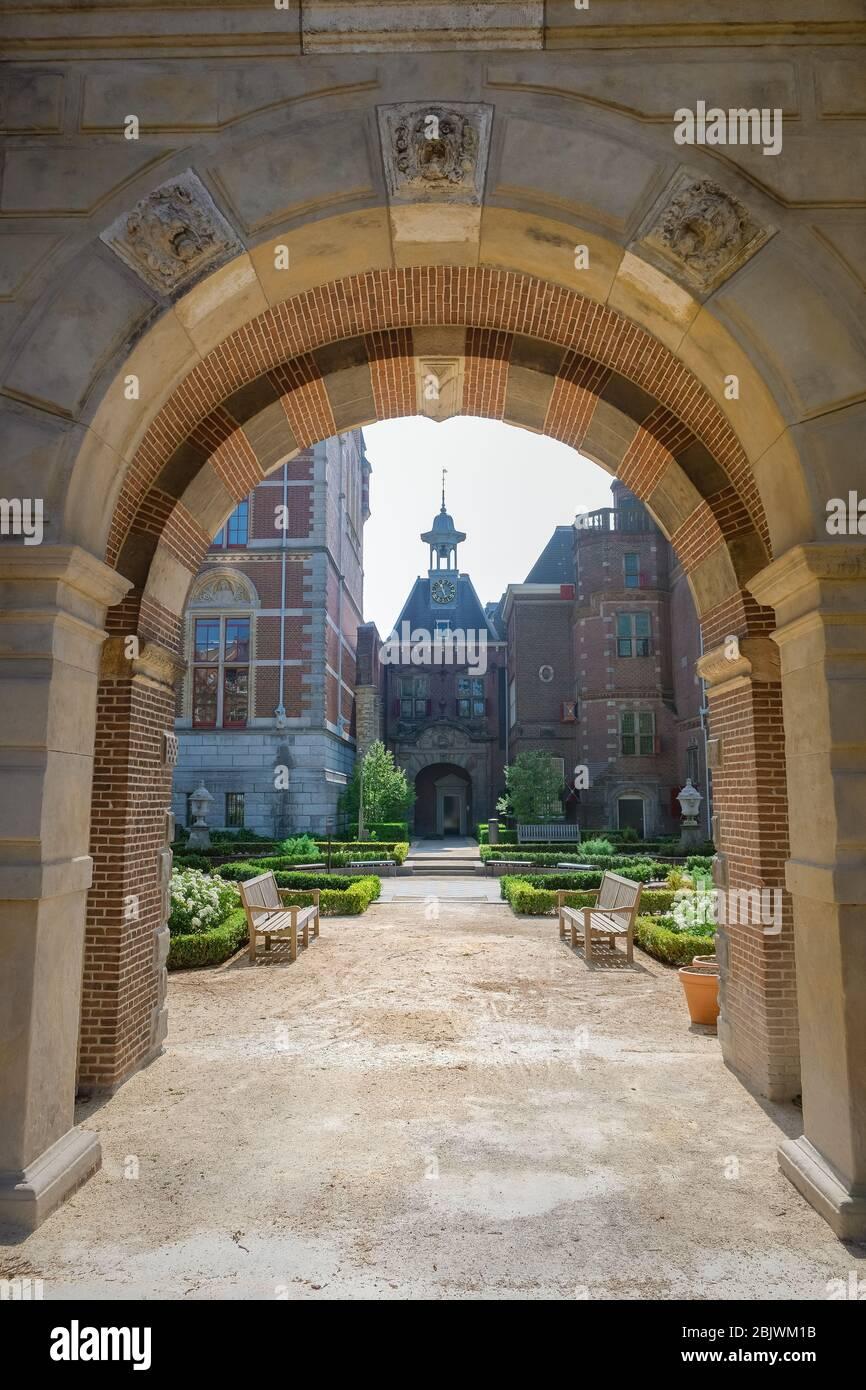 Amsterdam Holanda Abril 2020, casi vacía Amsterdam Rijksmuseum plaza durante la corona covid 19 brote de virus en Europa con tulipanes de primavera en Foto de stock