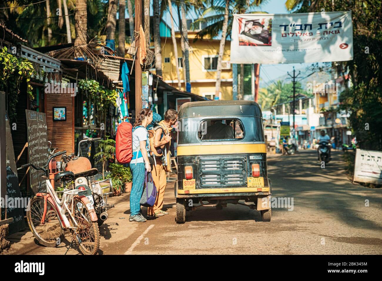 Patnem, Goa, India - 16 de febrero de 2020: Los turistas están de acuerdo con el conductor de Auto Rickshaw o Tuk-tuk por el precio Foto de stock