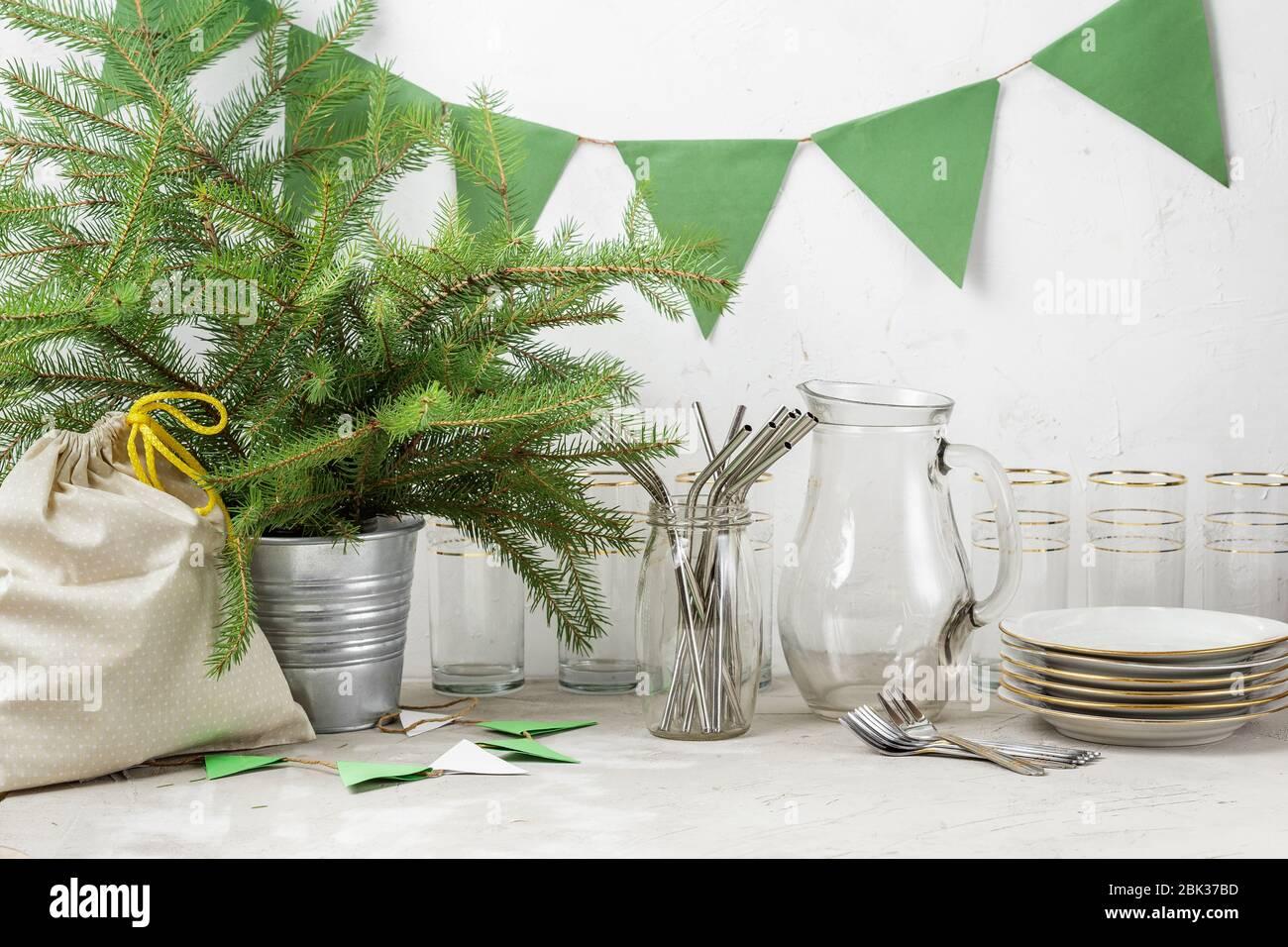 Pajitas reutilizables, cristal para beber y platos banderas de papel, y regalo en bolsa de tela preparada para la fiesta ecológica de Navidad o año Nuevo sin residuos Foto de stock
