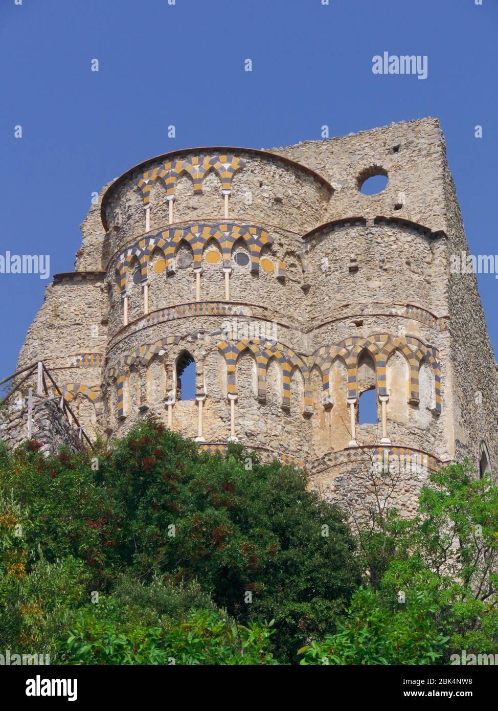 Antigua iglesia en la costa de Amalfi en Campania Foto de stock