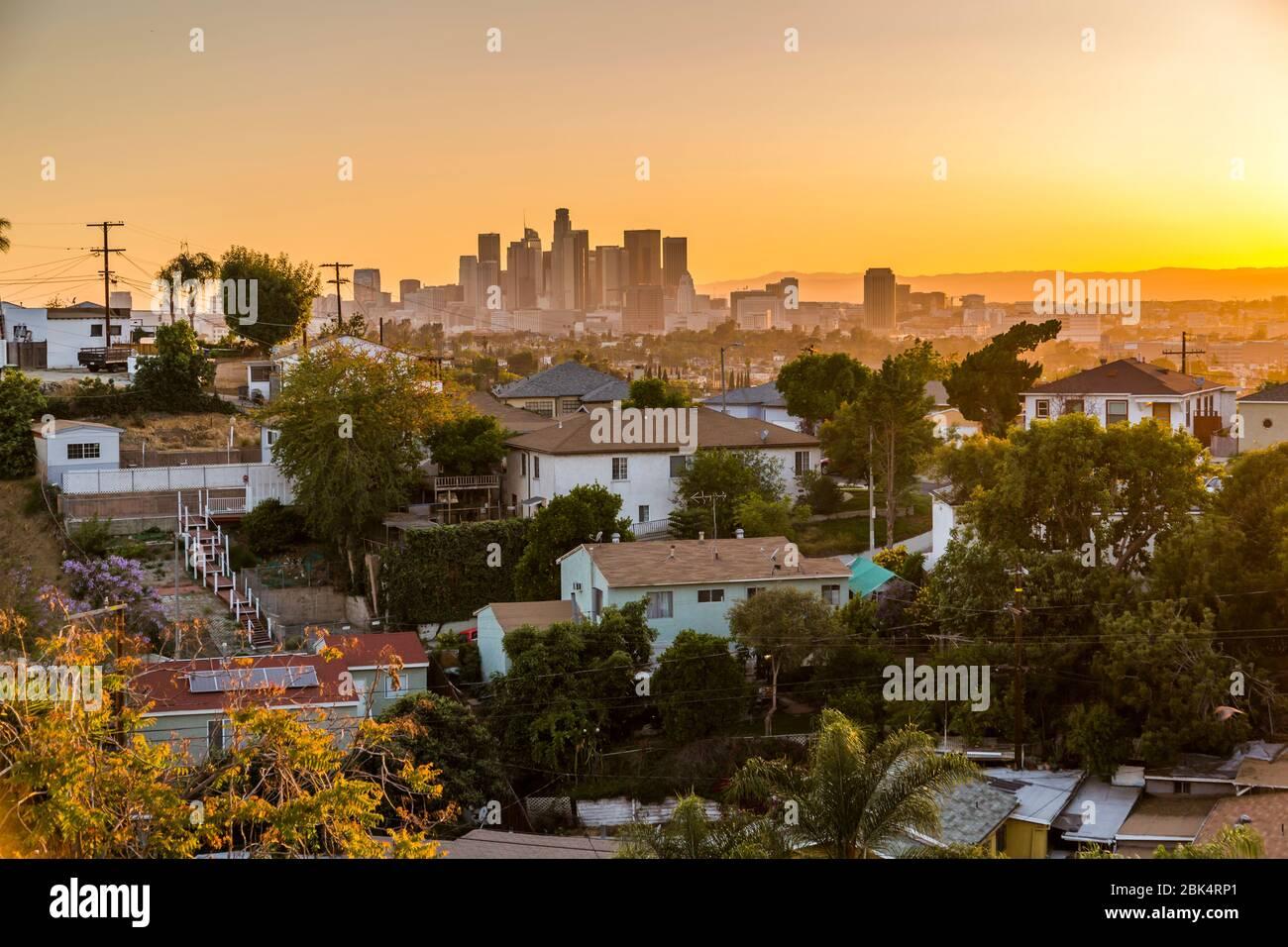Vista del horizonte del centro al atardecer, los Ángeles, California, Estados Unidos de América Foto de stock