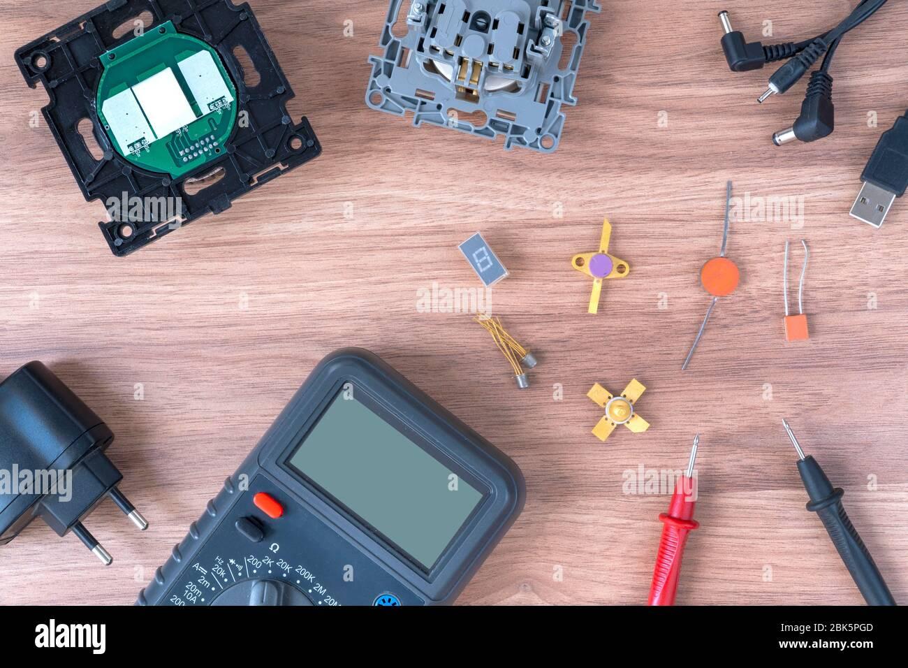 Multímetro y cables de alimentación. Realización de pruebas y medidas eléctricas. Reparación electrónica. Foto de stock