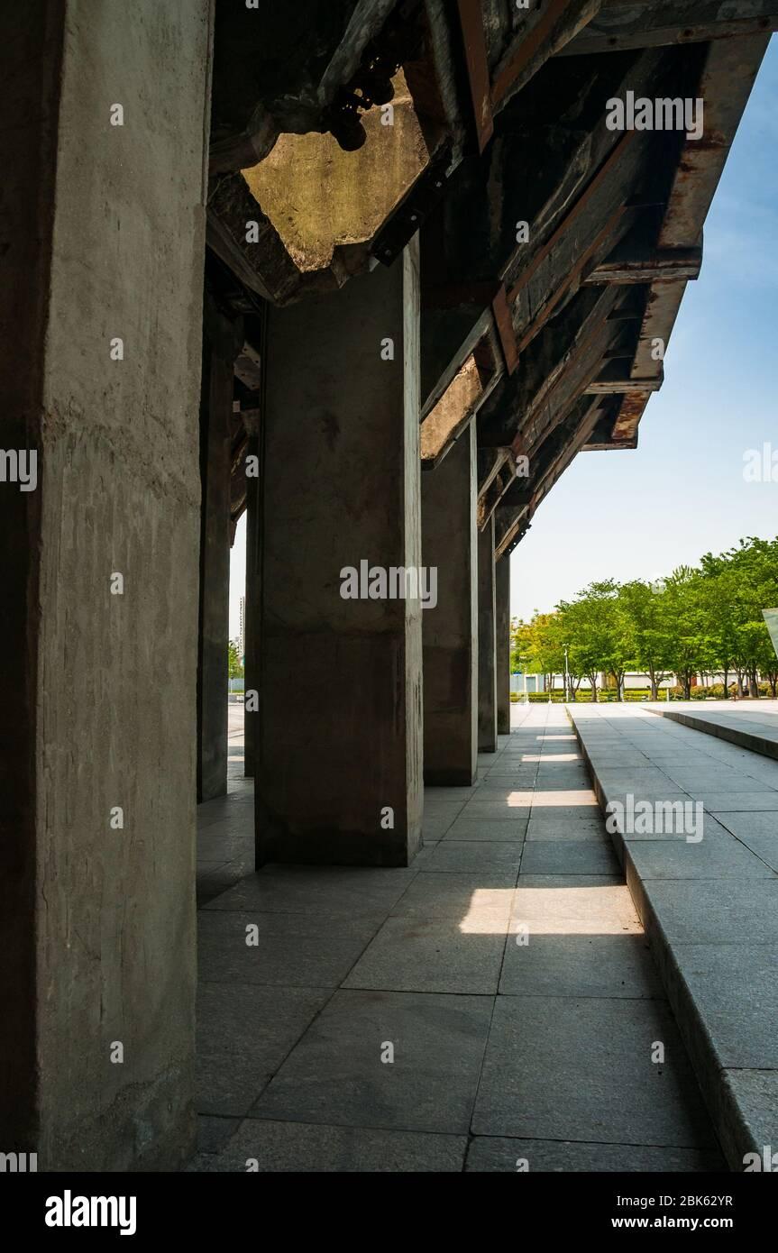 Puente conservado de los años 50 para cargar camiones de carbón rodeado por la arquitectura industrial chic del Long Museum West Bund, Shanghai, China. Foto de stock