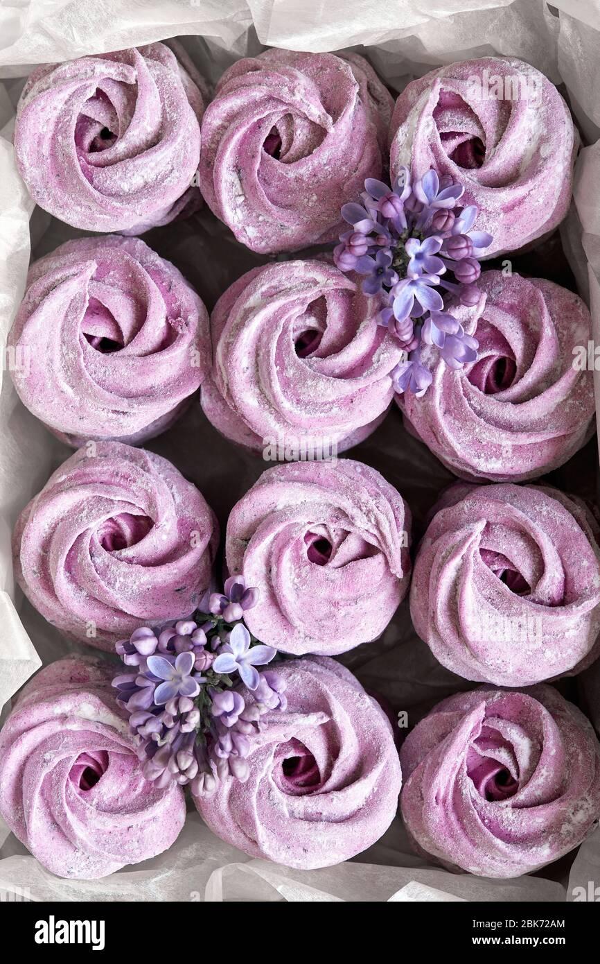 Zephyr casero dulce violeta o Marshmallow del grosella negra en la vista superior de la caja de papel Foto de stock