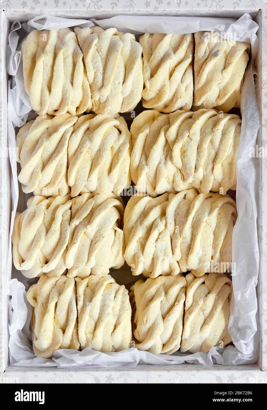 Zephyr casero dulce amarillo o Marshmallow de plátano fresco en la vista superior de la caja de papel Foto de stock