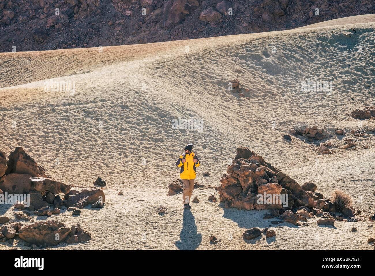 Senderismo salvaje actividad al aire libre en la montaña y desierto paisaje escénico - caucásico profesional aventurero hombre caminar y descubrir hermosos lugares - Foto de stock