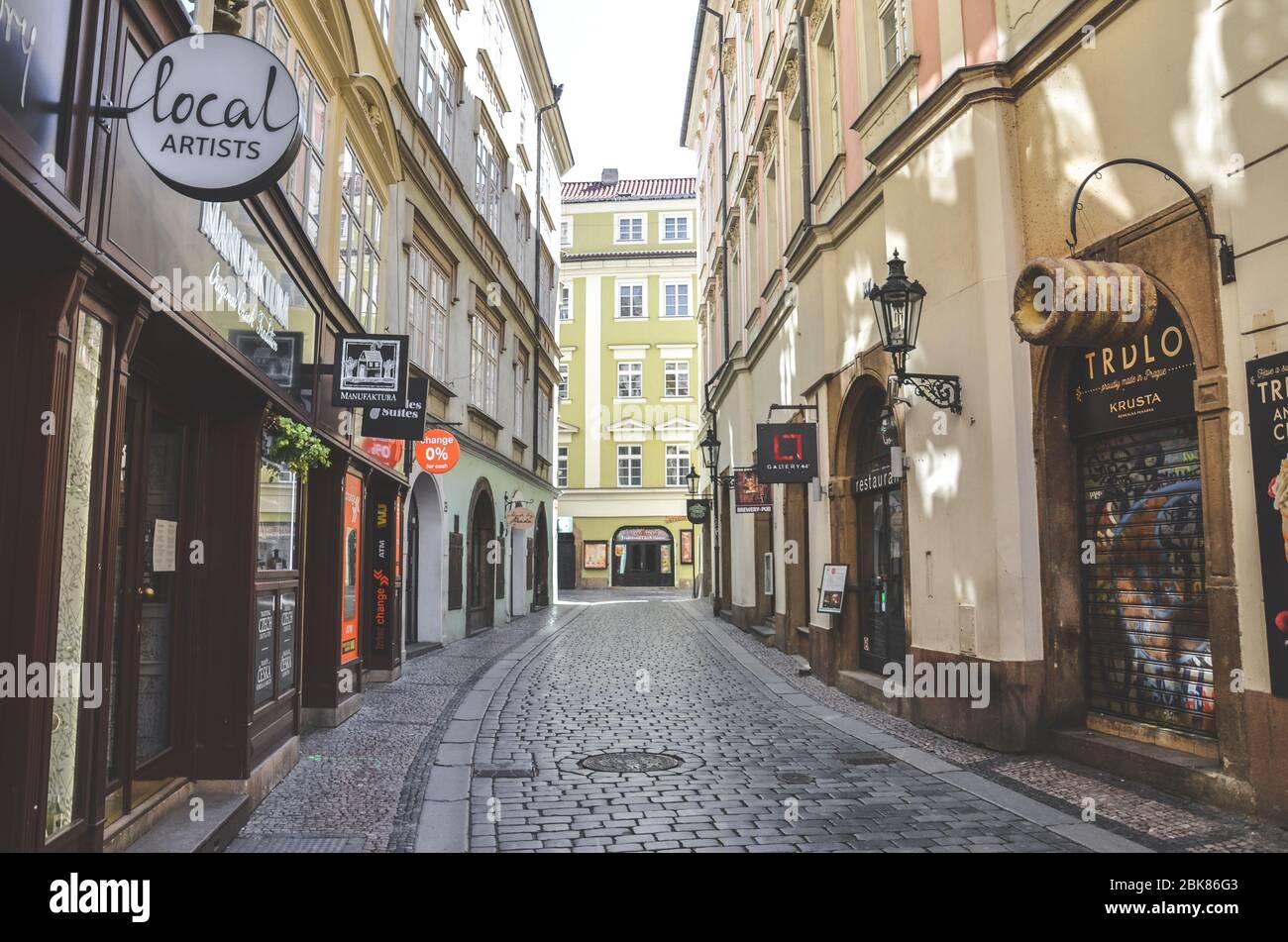 Praga, República Checa - 23 de abril de 2020: Calle vacía en el centro histórico de la capital Checa. Tiendas y restaurantes cerrados debido al brote de coronavirus. Ciudad vacía, pandemia COVID-19. Foto de stock