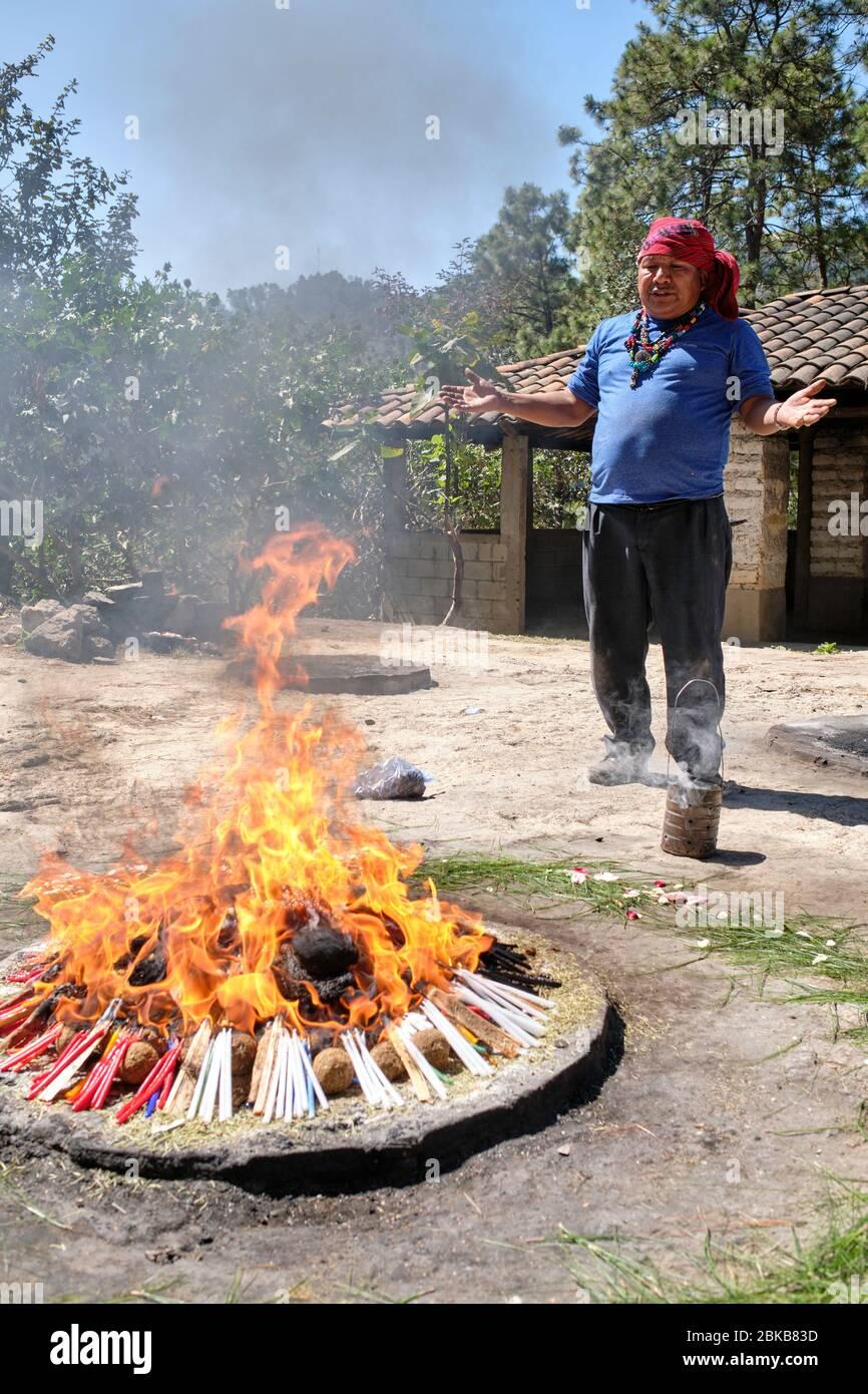 Chamán realizando una ceremonia de curación maya para una familia en la cima de la colina Pascual Abaj, donde se encuentra la piedra sagrada. Algunas fuentes indican th Foto de stock