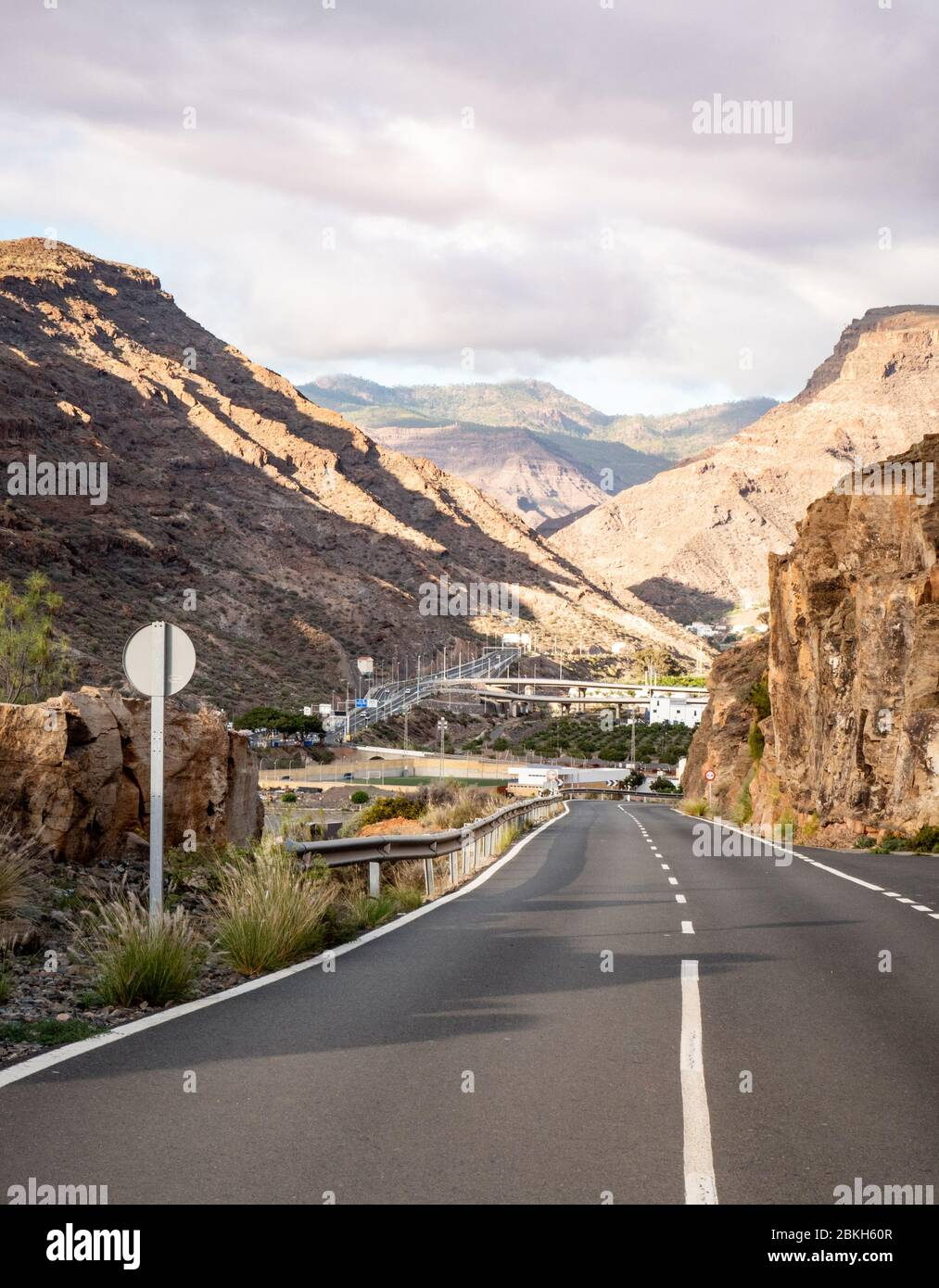 Paso de la montaña. Un camino vacío que conduce a las montañas rocosas de Gran Canaria, una de las más grandes de las Islas Canarias. Foto de stock