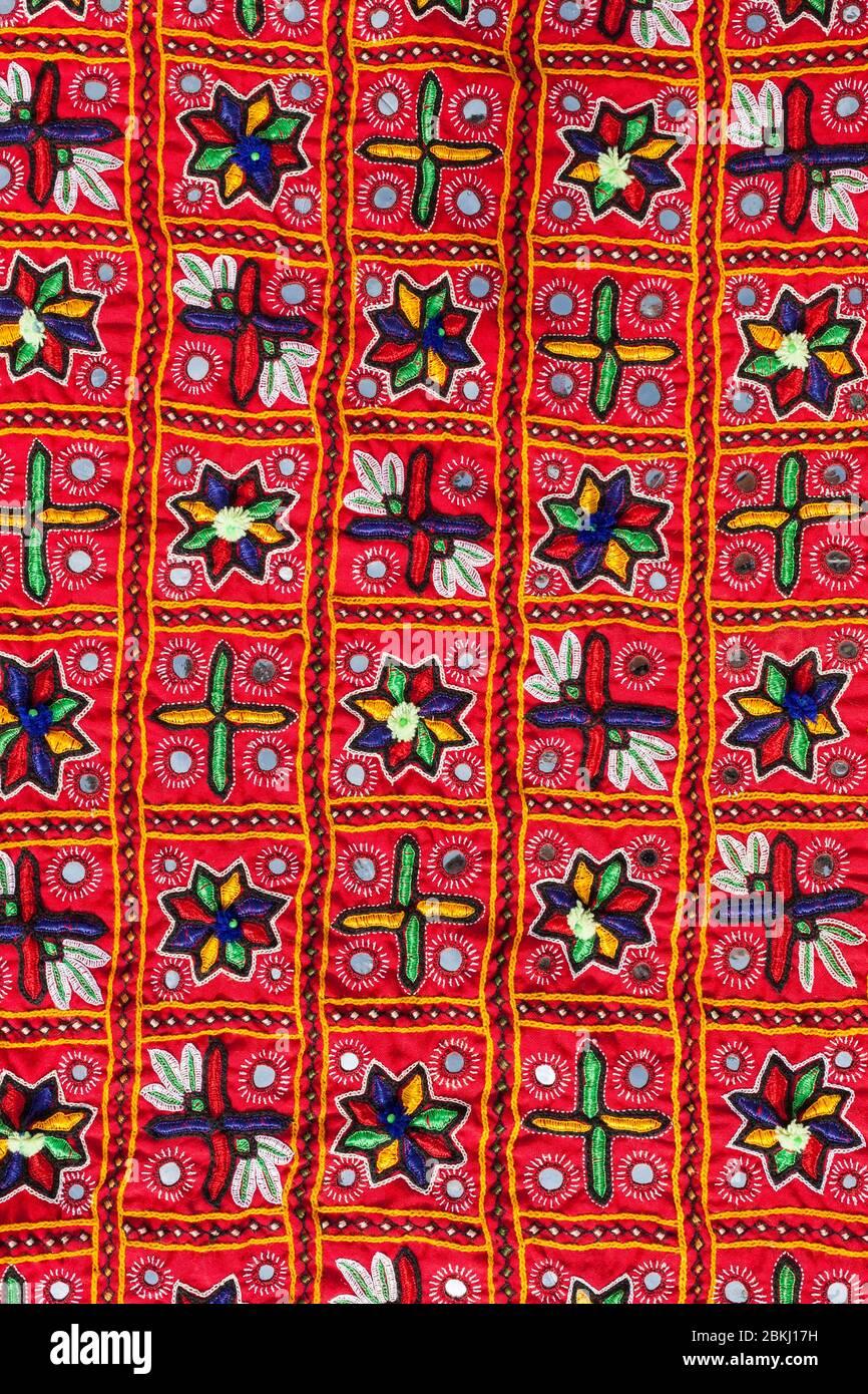India, Estado de Gujarat, región de Kutch, pueblo de Hodka, cerca de Bhuj, alojamiento de lujo y ecológico en el desierto, tejido bordado, artesanía local Foto de stock
