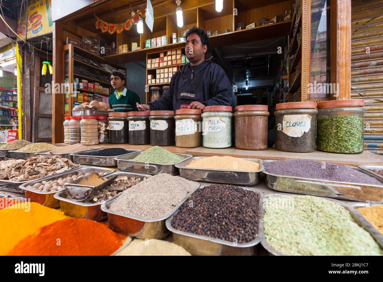 India, Territorio Nacional de la Capital de Delhi, Nueva Delhi, Distrito de Paharganj, tienda de especias Foto de stock