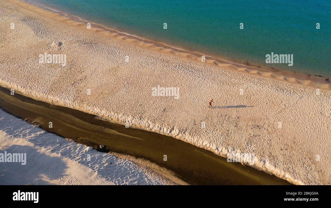Francia, Corse du Sud, Domaine de Murtoli, Erbaju playa, río costero Ortolo (vista aérea) (mención obligatoria Domaine de Murtoli) Foto de stock