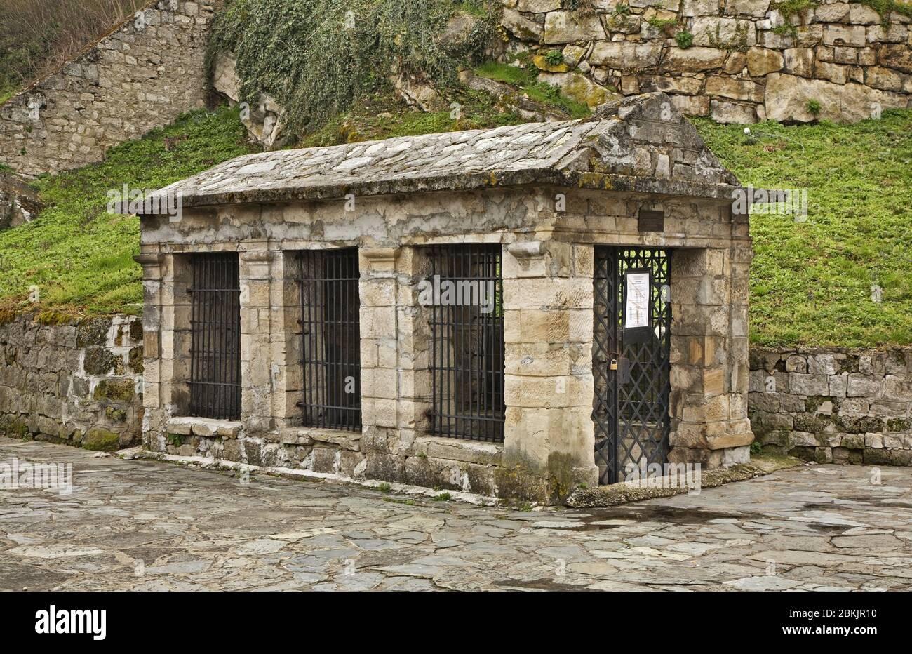 Entrada a las catacumbas de Jajce. Bosnia y Herzegovina Foto de stock
