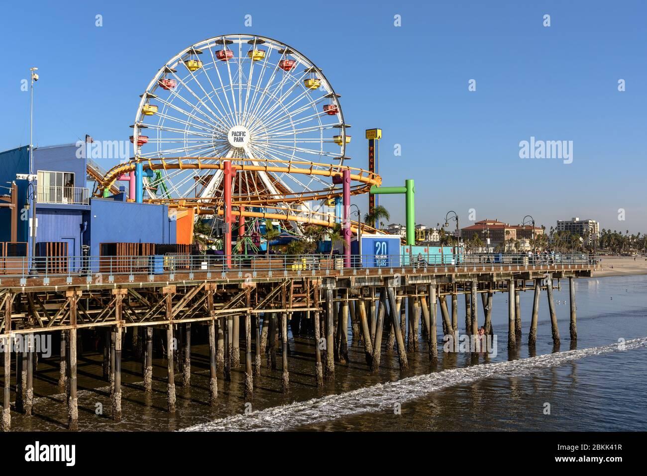 La noria Pacific Park en el muelle Santa Monica Foto de stock