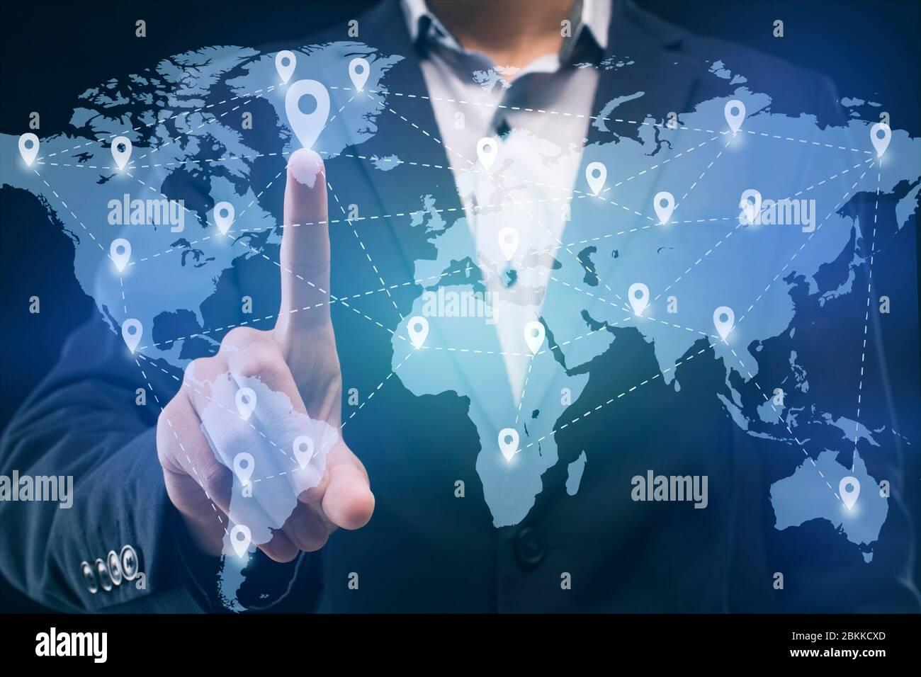 Businessman utilizando el mapa de negocios mundial en el tablero interactivo Foto de stock