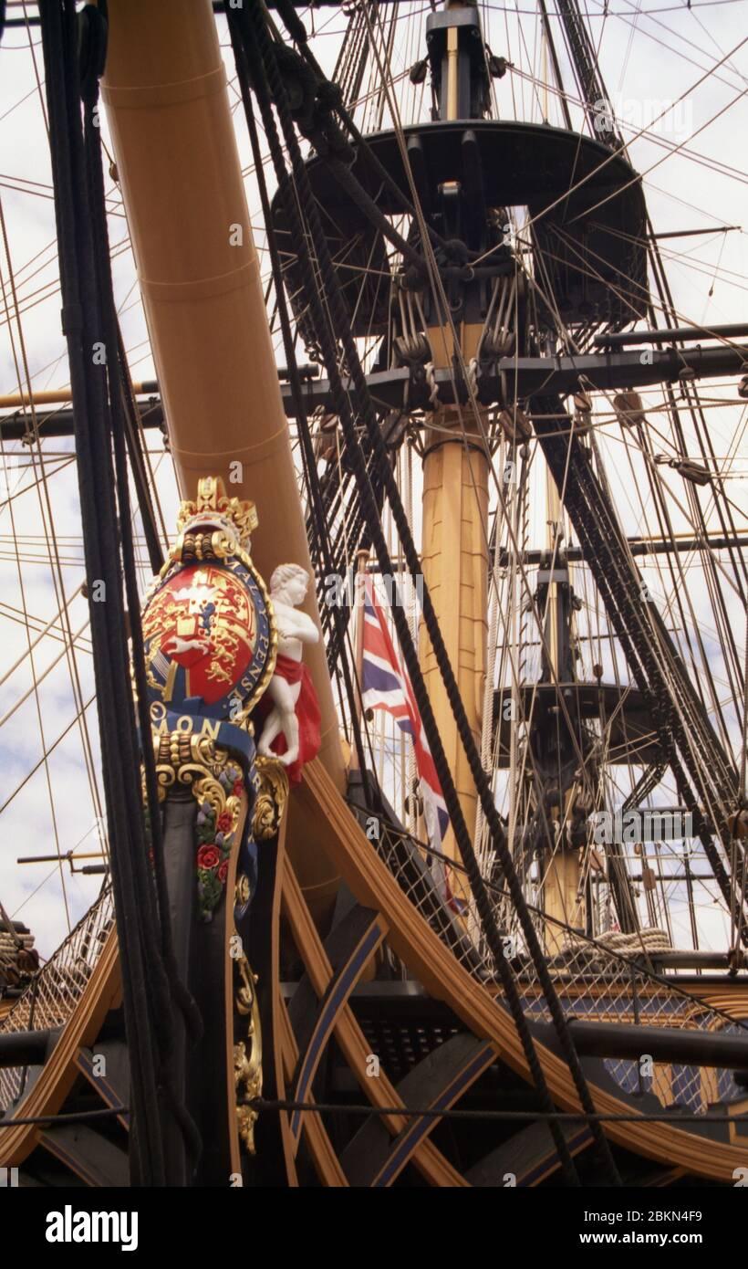 H.M.S. Victoria en Portsmouth Historic Dockyard, Hampshire, Inglaterra, visto de cerca desde la proa del puerto. Detalle de cabeza de figura y arco. Tiro tomado en 2010 antes de la retirada de los tomástiles para su restauración en 2011 Foto de stock