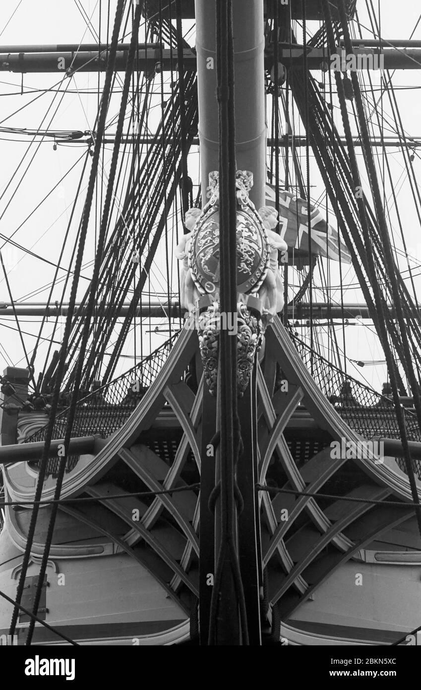 Primer plano de los arcos y cabeza de higuera de H.M.S. Victory, Portsmouth Historic Dockyard, Hampshire, Inglaterra, Reino Unido. Fotografía de película en blanco y negro Foto de stock