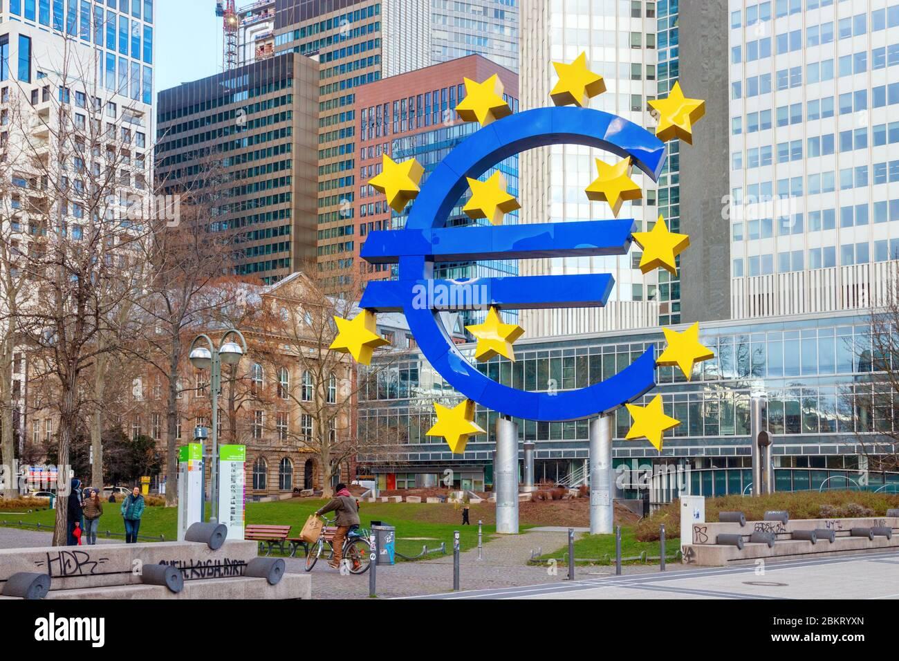 Willy-Brandt-Platz con la Euro Sculpture (Euro-Skulptur) mostrando un signo azul del euro y doce estrellas amarillas. Frankfurt, Alemania. Foto de stock