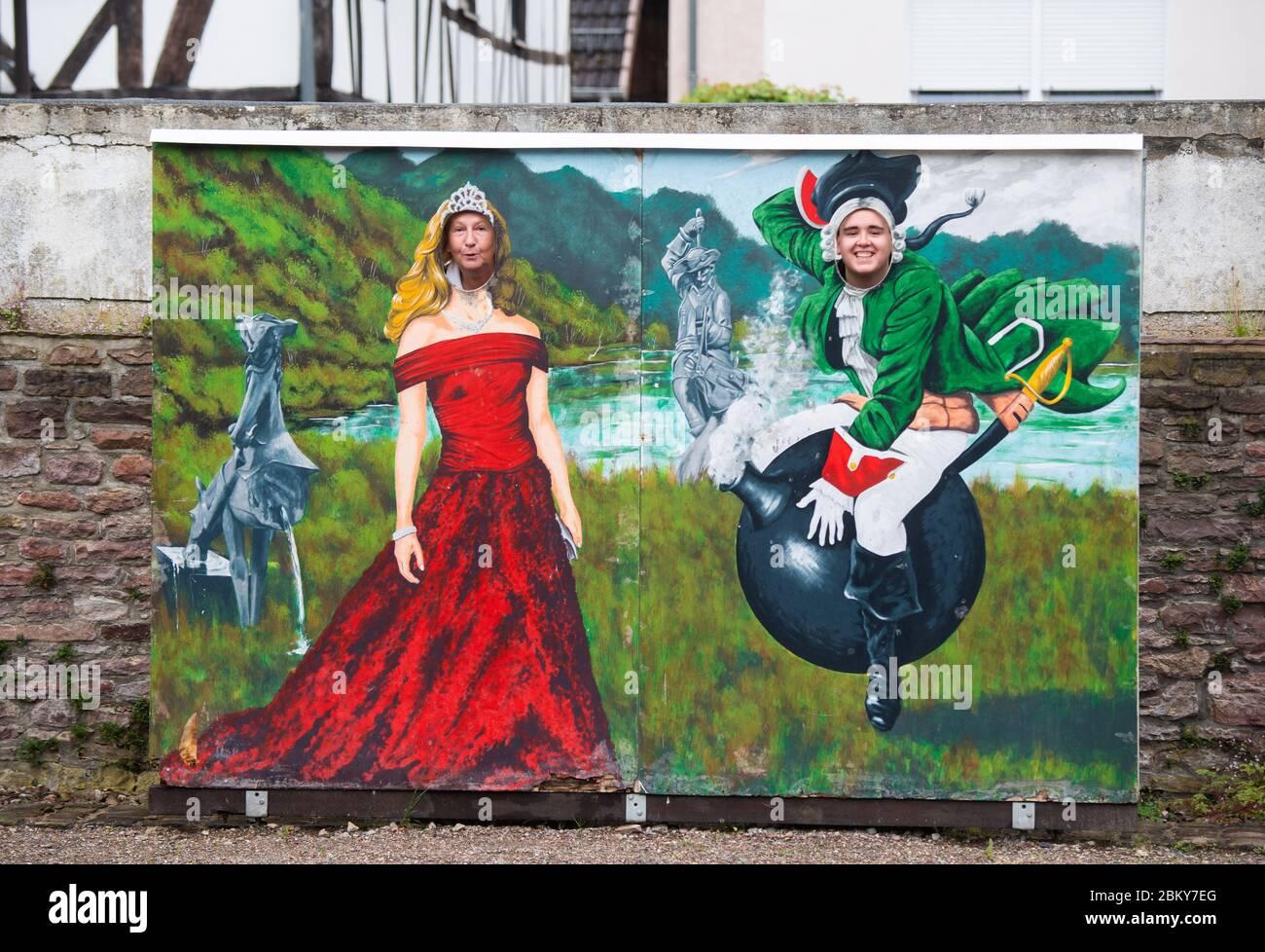 04 de mayo de 2020, Baja Sajonia, Bodenwerder: La directora del museo Claudia Erler y el miembro del personal Kevin Otte miran a través de una pared con una imagen del barón von Münchhausen en el cañón del Münchausen-Museo Bodenwerder. Como figura literaria o héroe de cine, el 'barón de mentira' Münchhausen, que se monta en una bola de cañón, es conocido en todo el mundo. La figura artística se basa en la personalidad histórica Hieronymus Carl Friedrich Freiherr von Münchhausen, nacido hace 300 años el 11 de mayo de 1720 en Bodenwerder, en el Weser. En el Museo Münchhausen se conmemora el mundialmente famoso 'Liing Baron'. Foto: Julian Stratenschulte Foto de stock