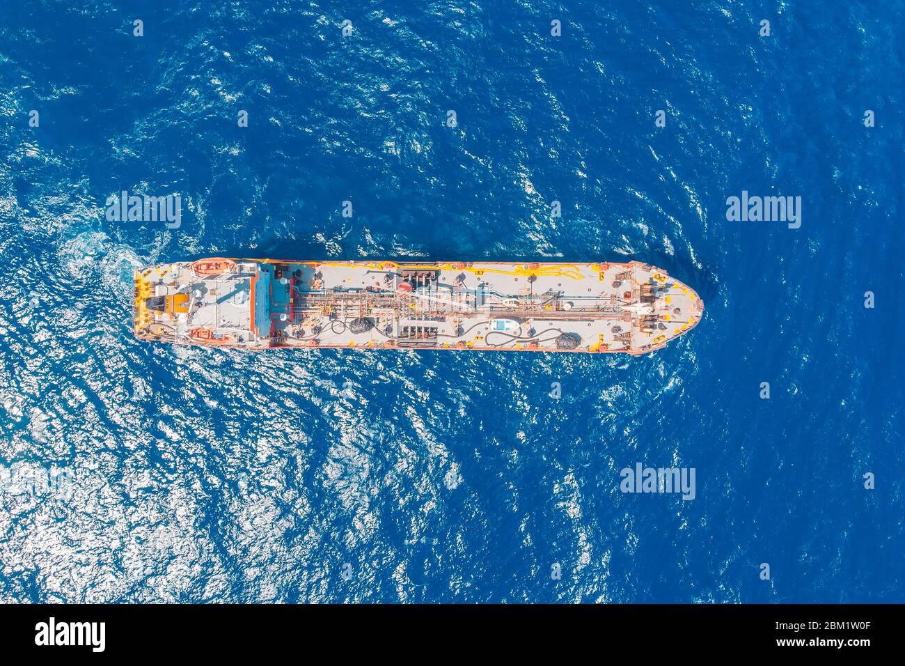 El petrolero químico vela el mar azul. Vista superior de la antena Foto de stock