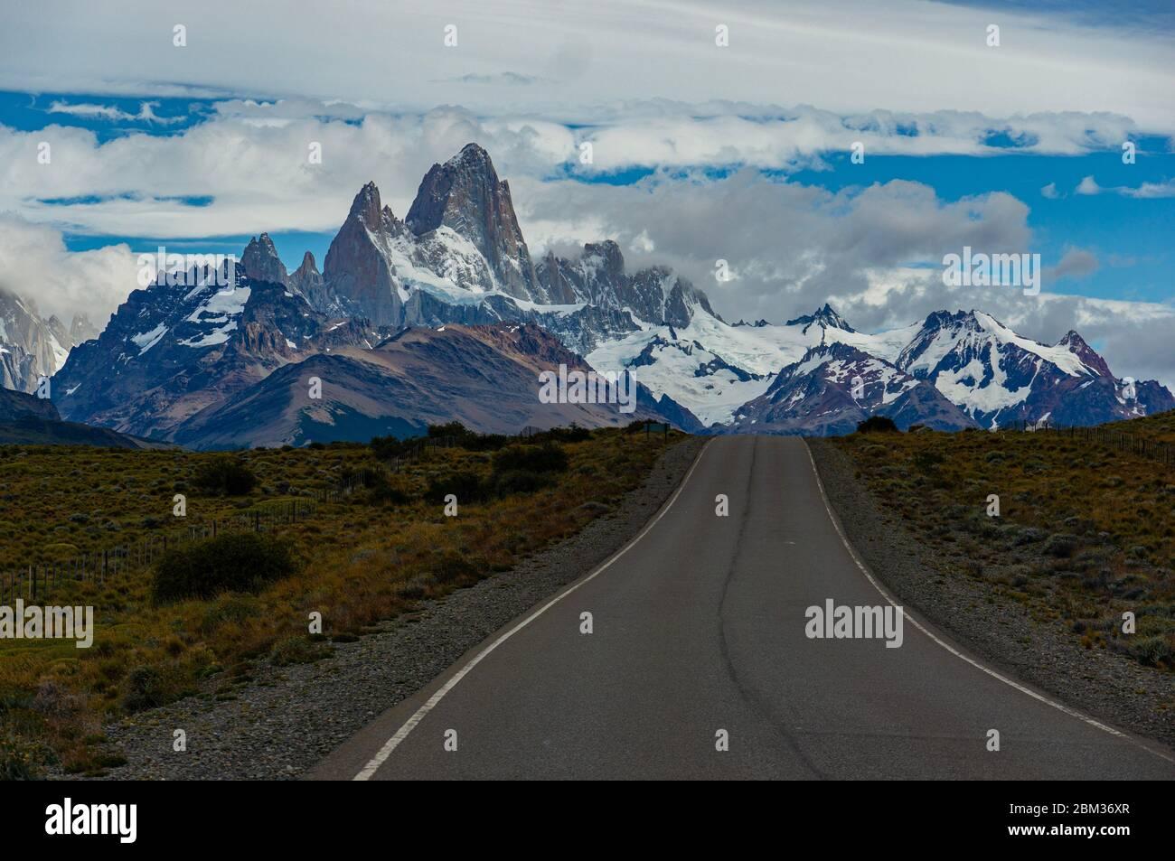 Camino a el Chalten y Fitz Roy en Patagonia Argentina excursión por carretera a las montañas nevadas Foto de stock